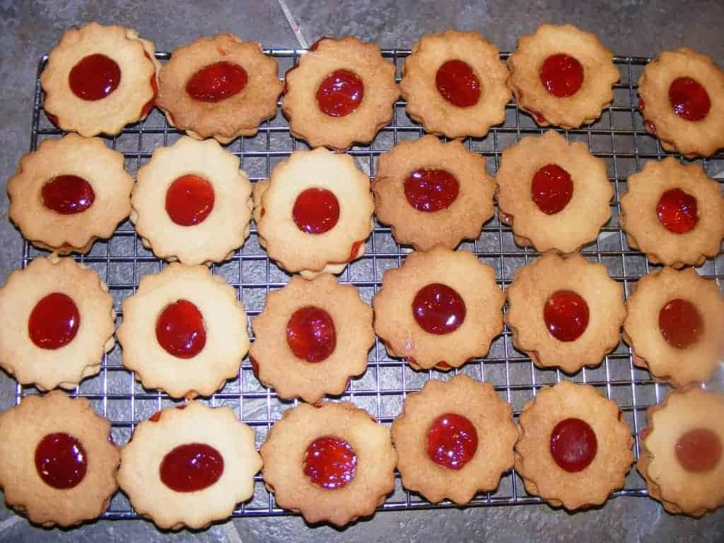 http://www.mycookingjourney.com/2011/04/jam-sandwich-cookies.html
