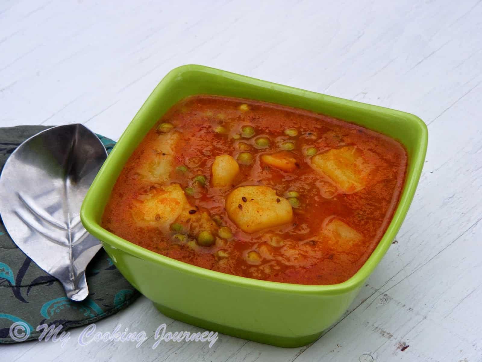 Benarasi Aloo Matar / Rasedar Aloo Matar (UP Style Peas and Potato Curry) – No Onion, No Garlic Recipe